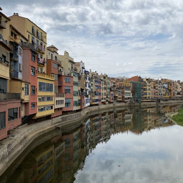 Viele bunte Häuser, entlang eines Flusses.