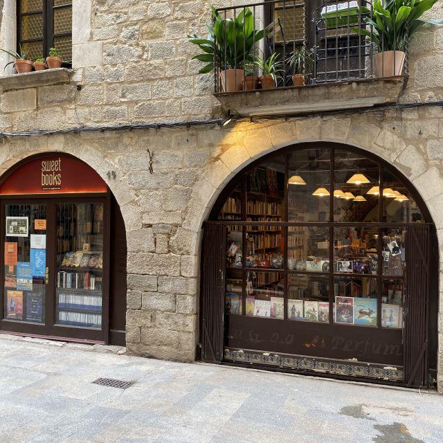 Ein kleiner Buchladen, von außen fotografiert.