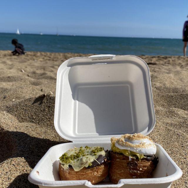 Eine Box mit Cronuts am Strand.