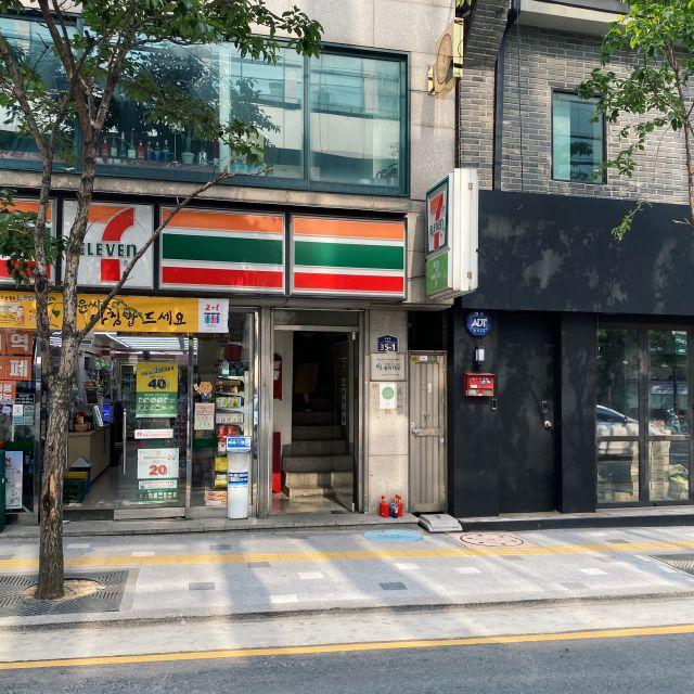 Straßenansicht eines Seven Eleven Stores