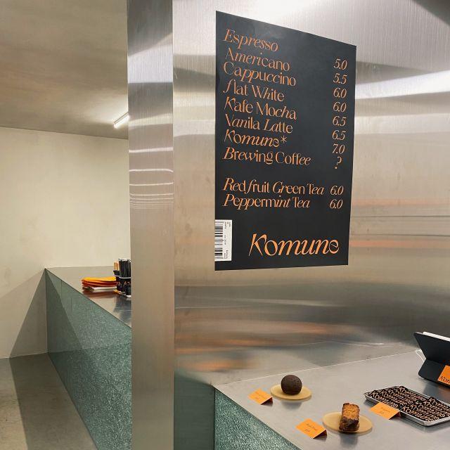 Tresen eines Cafés in Seoul mit Menü-Plakat
