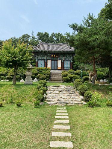 Vorderansicht der Main Buddha Hall des Tempels
