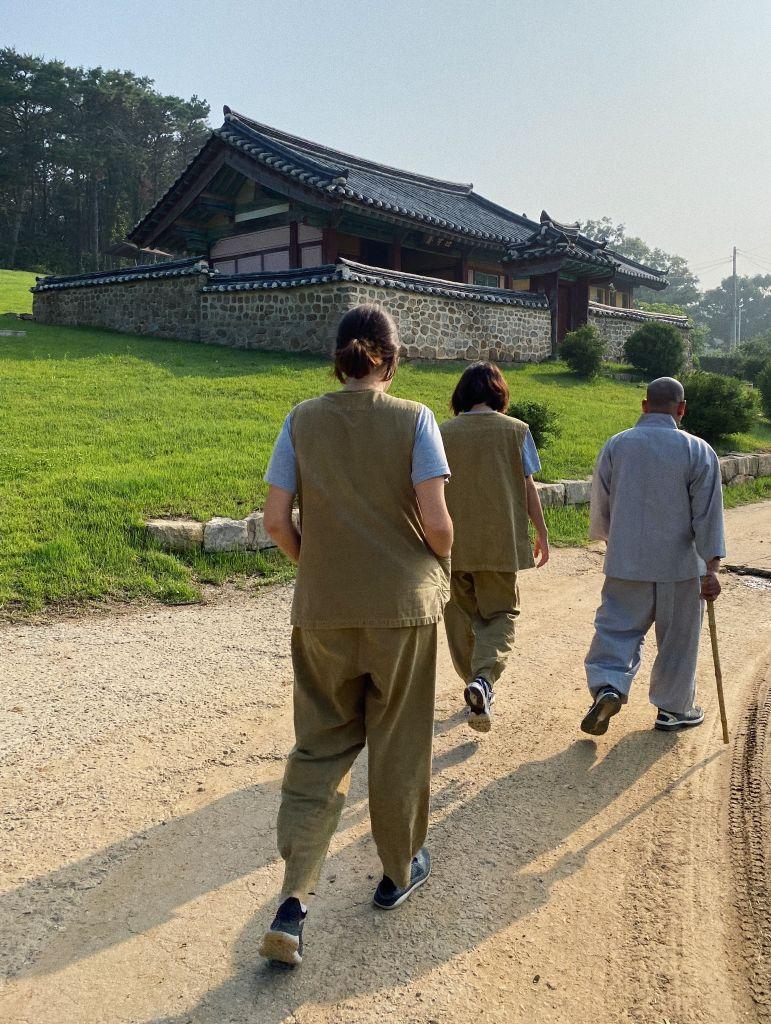 Mönch und zwei Templestay-Teilnehmer beim Spaziergang
