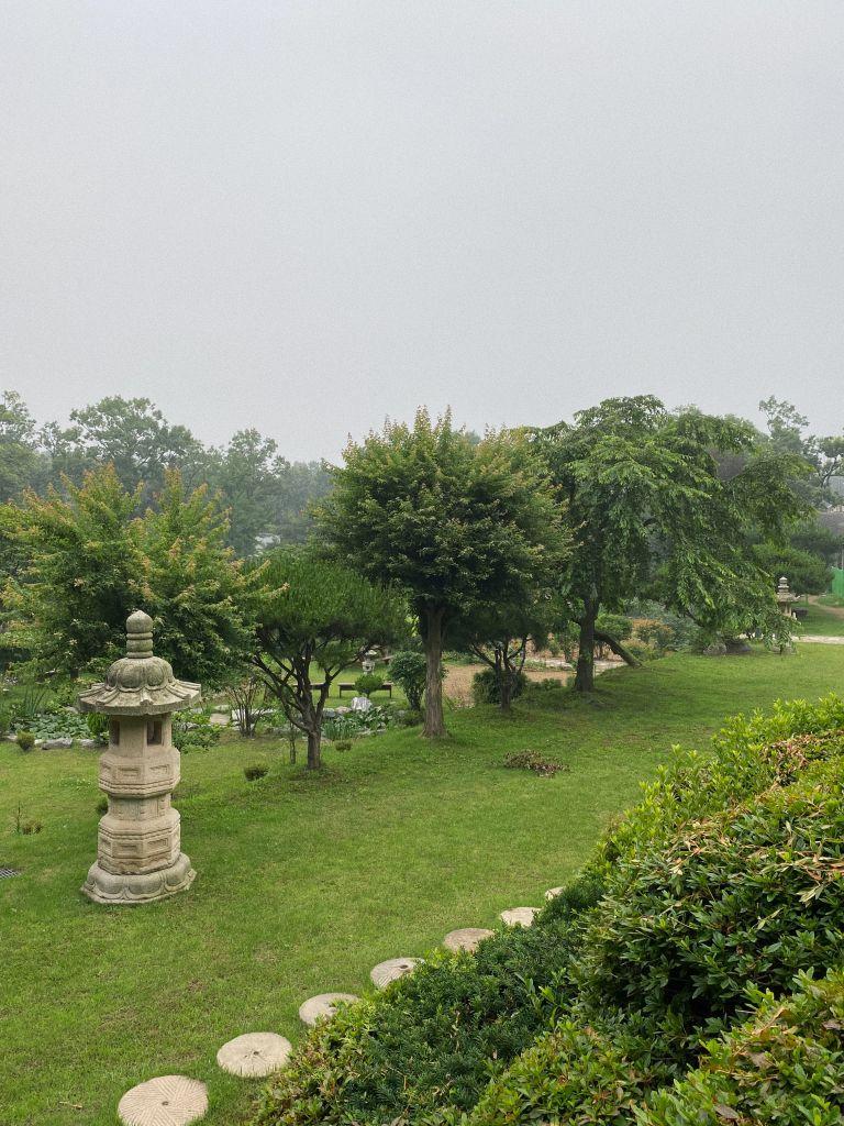 Tempelgelände und Garten im Morgengrauen