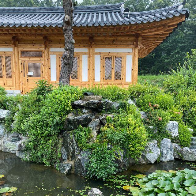 Meditation Hall inkl. kleinem Teich im Vordergrund