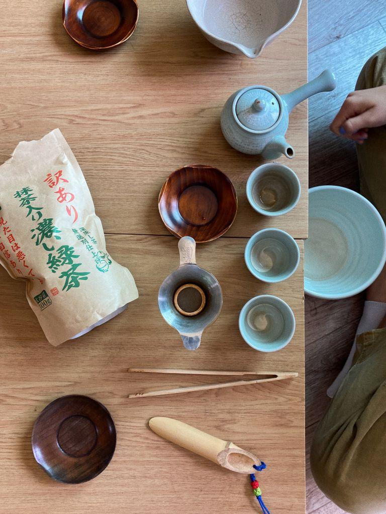Utensilien für eine koreanische Teezeremonie auf einem Tisch
