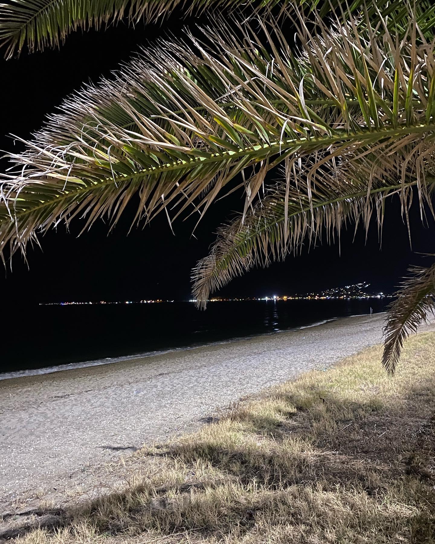 Ein kleiner Spaziergang am Strand lohnt sich auch am Abend. ✨ …