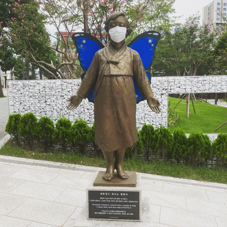 """Heute habe ich ein Denkmal für """"Comfort Women (dt.: Trostfrauen)"""" gefunden. Im…"""