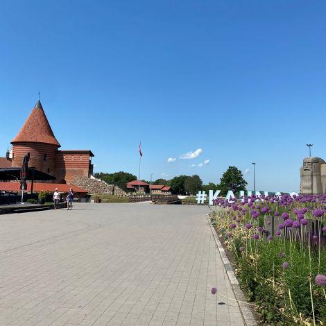 Die Burg von Kaunas ist zu sehen bei stahlblauem Himmel