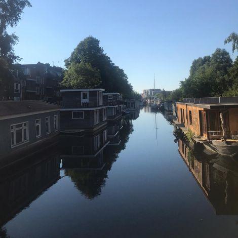 Kanal in Groningen mit Hausbooten