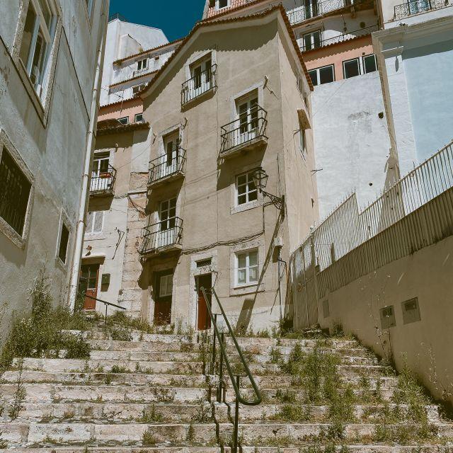 Treppe und alte Häuser in Lissabon.