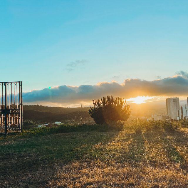 Sonnenuntergang auf einem Hügel.