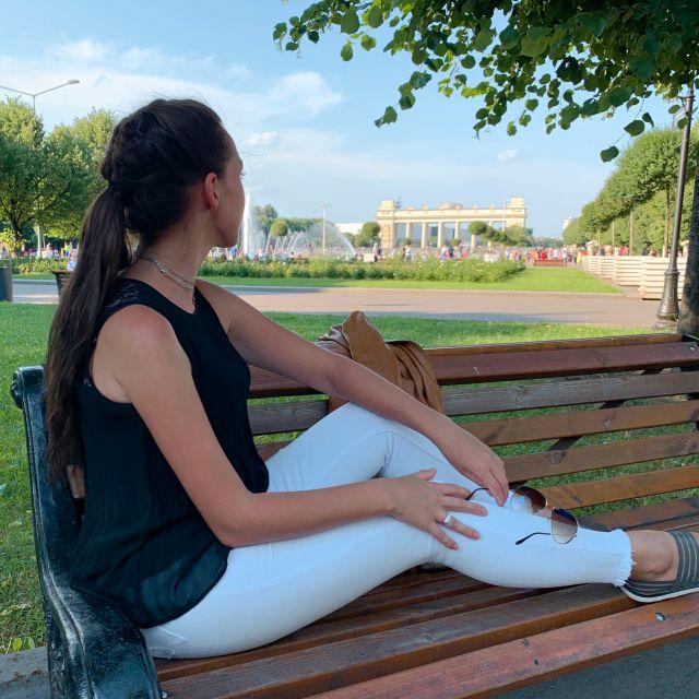 Ich im Park gegenüber vom Eingang auf einer der vielen Bänke. Ich genieße den Schatten und die Ruhe.