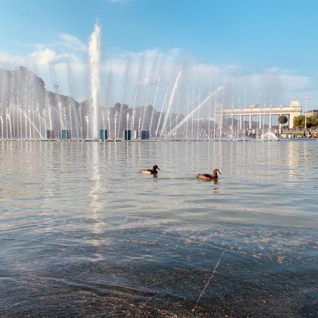 Mehrmals am Tag findet am Springbrunnen, mitten im Park ein Wasserspiel statt, welches mit Musik unterlegt ist. Lockt nicht nur Kinder an.