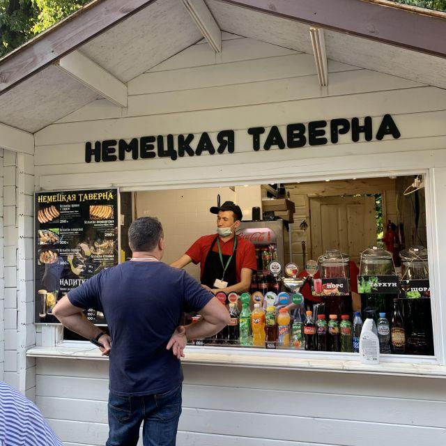 Eine deutsche Imbissbude im Park, diese verkauft großenteils Würstchen.
