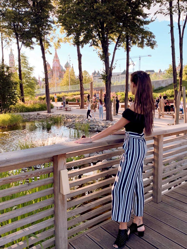 Ich stehe auf einer Brücke und genieße etwas Ruhe von der großen Stadt. Vor mir ein kleiner Teich und die Basilius-Kathedrale und der Kreml auf dem Roten Platz.