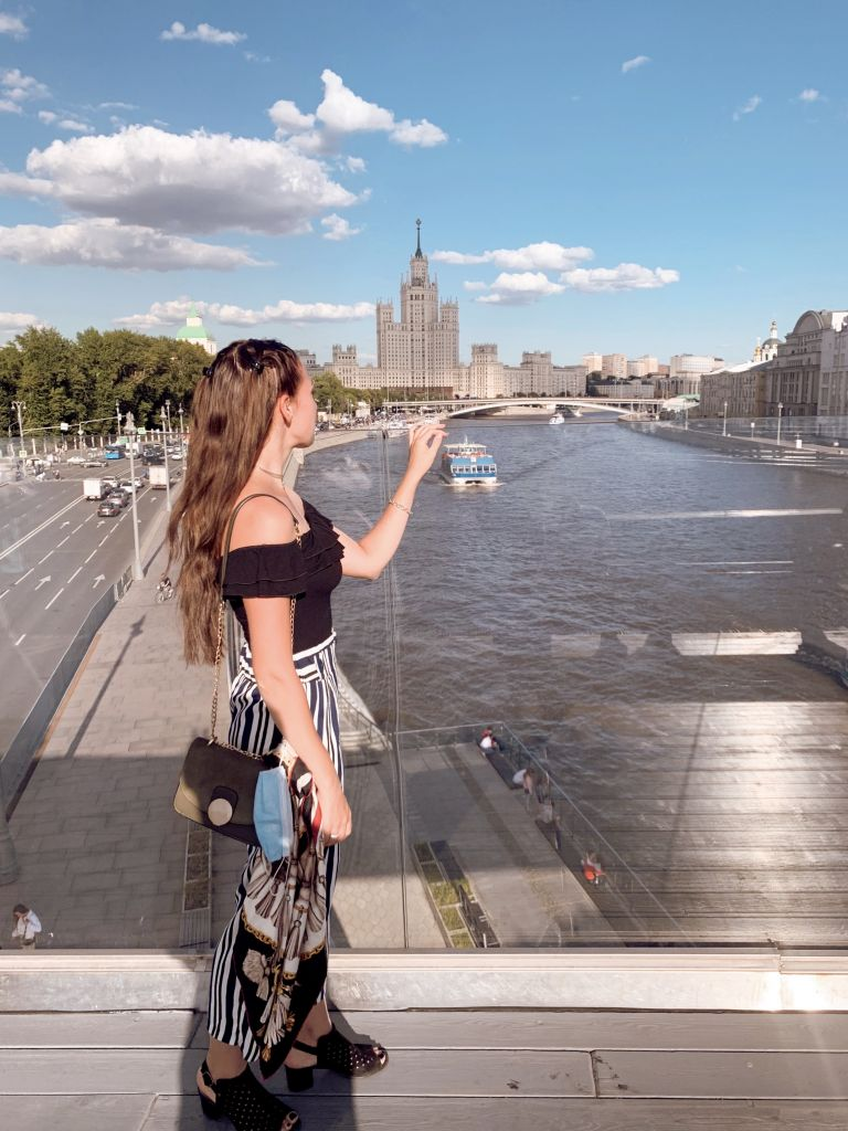 Hier stehe ich auf der freischwebenden Brücke und schaue über die Moskau auf einer von Stalins Zuckerbauten.