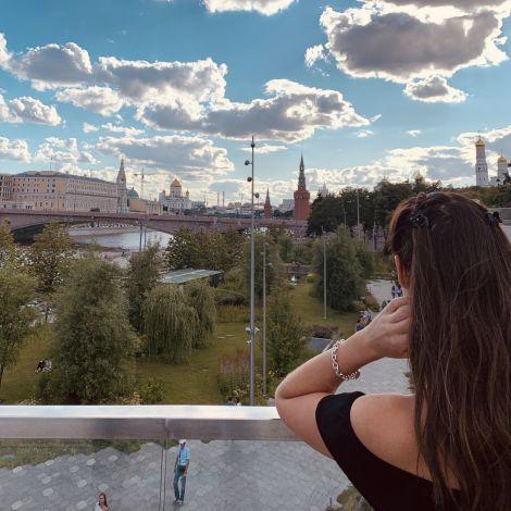 Ich stehe auf einer Brücke und klicke auf die Stadt hinunter. Ganz hinten siecht man die Christ-Erlöser Kirche und rechts die Türe der Kreml Mauer.