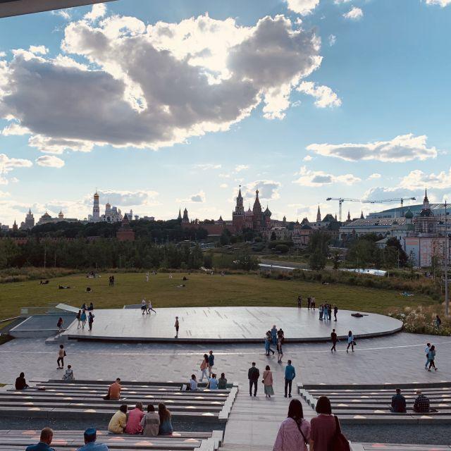 Mitte im Park ist eine kleine Bühne, auf dieser werden im Sommer Tanzkurse angeboten. Weiter sieht ma wieder den Kreml und die Basilikumskirche.