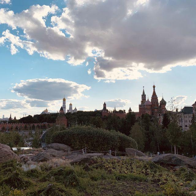 Man sieht die Kirche auf dem Roten Platz und die Spitzen vom Kreml.