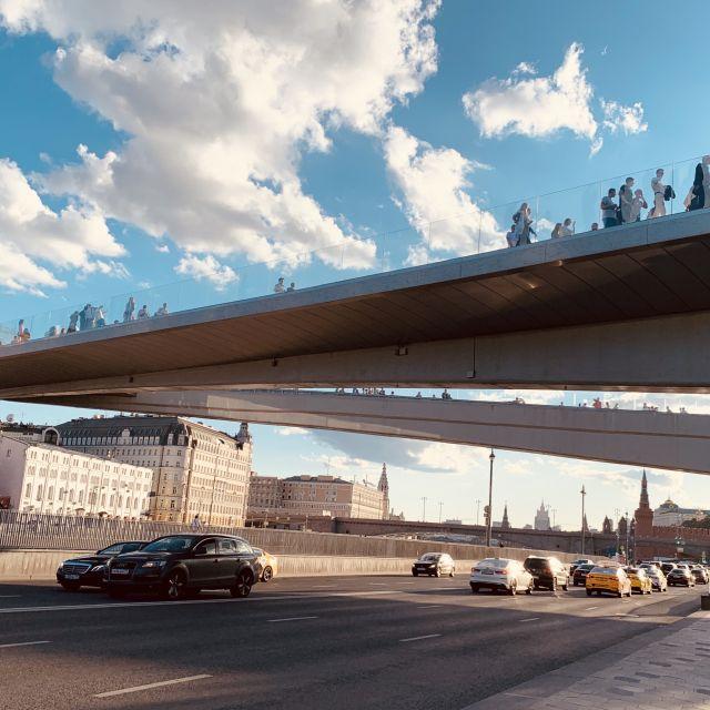 Die frei schwebende Brücke von unten.