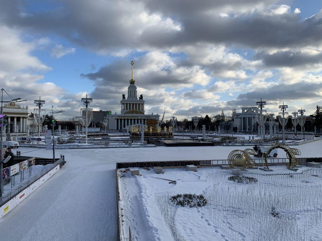 Verschneit ist alles. Aus den Straßen wurde eine Eisbahn gemacht.