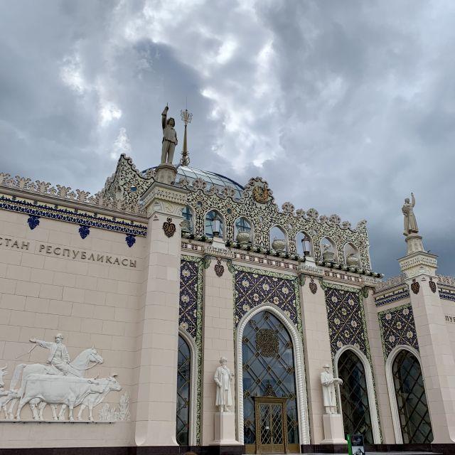 Das Kasachstan-Gebäude von Außen, verziert in typischer verzierter kasachischer Baukunst.
