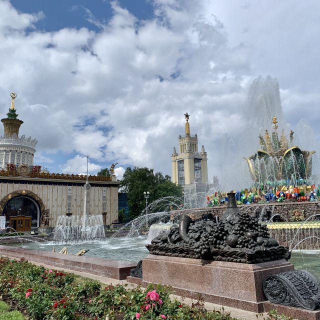 """Das Ukraine-Gebäude und der Brunnen """"die steinerne Blume"""". Der Brunnen besteht aus vielen Fontänen und aus vielen bunten Einzelteilen."""