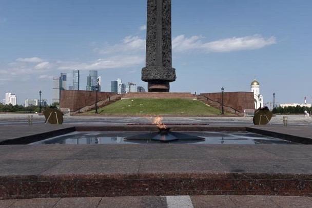 Oben angekommen, das ewige Feuer und die Säule mit Bildern und Kriegstätte, wie Moskau sind namentlich erwähnt.