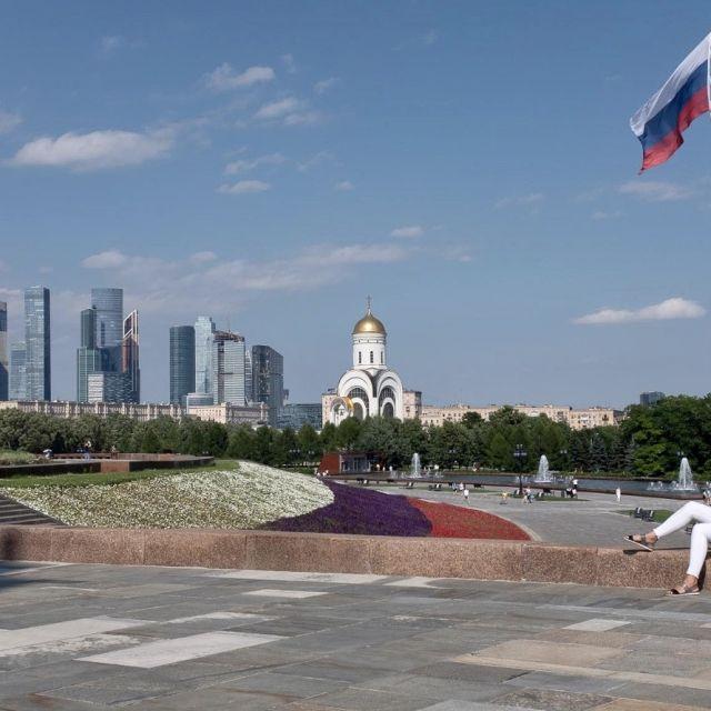 Von oben sieht man, Moskaus City und eine Kirche sowie Blumen.