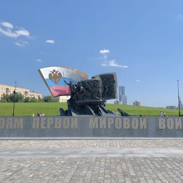 Ein stein mit russischer Flagge und eingemeißelten Skulpturen, die den Soldaten und Helden des ersten Weltkrieges gewidmet.