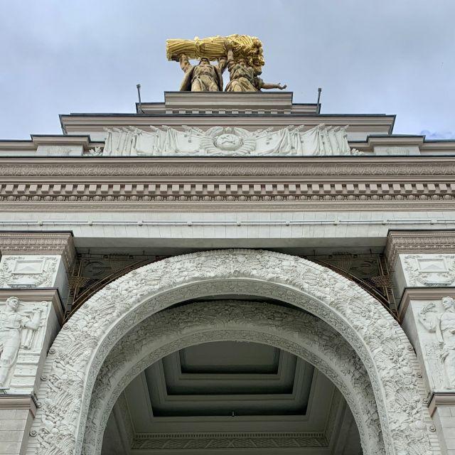 Oben auf dem Tor sieht man die bekannte Statue Arbeiter und Bäuerin.