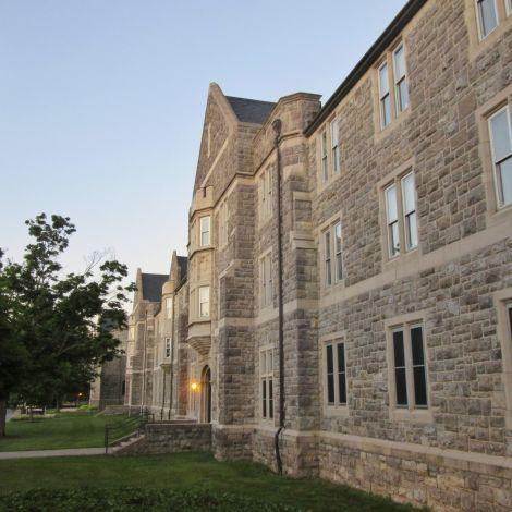 Fassade eines Studentenwohnheims in den USA