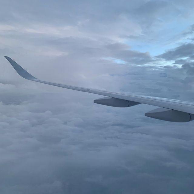 Blick aus dem Fenster im Flugzeug.