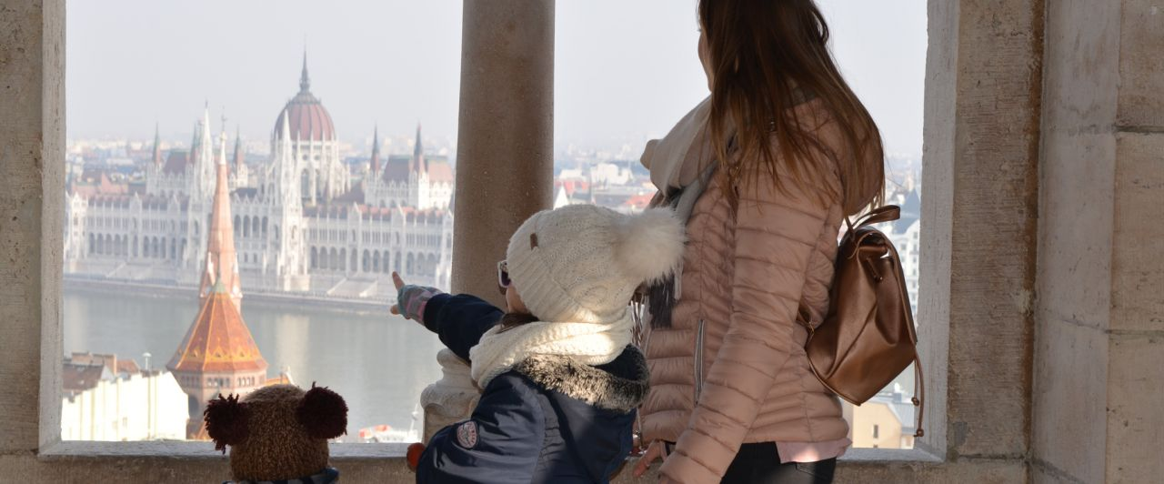 Aussicht auf das Parlament in Budapest mit Kindern.