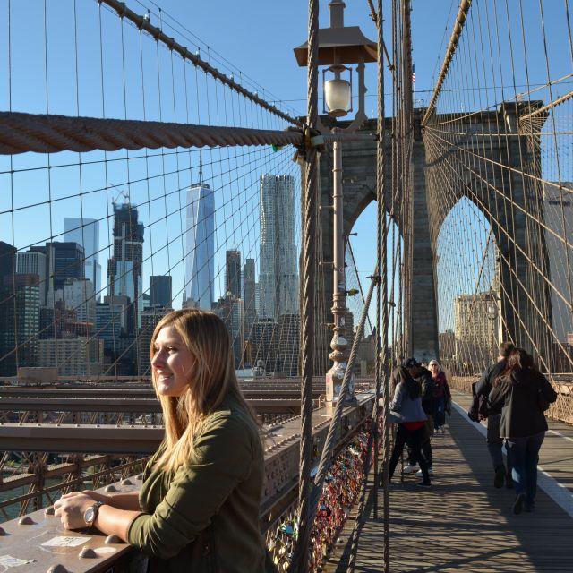 Brooklyn Bridge in New York City mit Skyline im Hintergrund