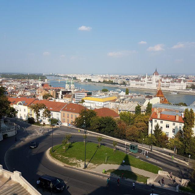 Ausblick auf Pest von der Fischerbastei in Buda.