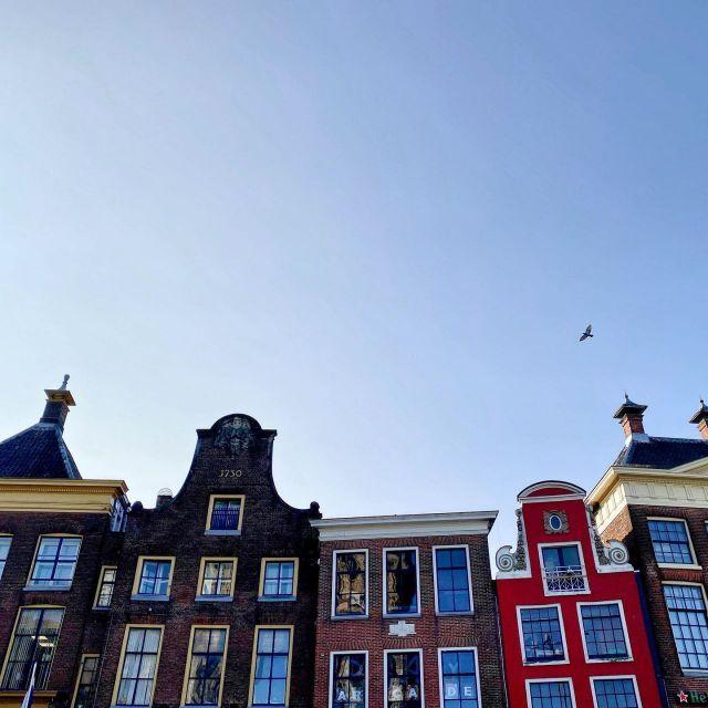 Hier sieht man Häuser, die in den Himmel ragen.