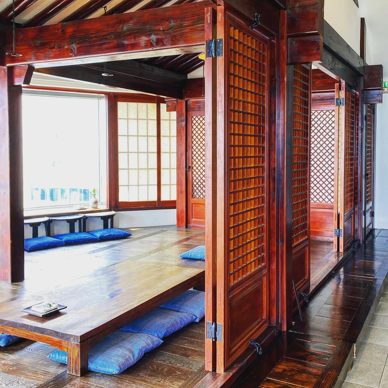 Zu Besuch in einem traditionellen koreanischen Teehaus mit Meeresblick. Das…