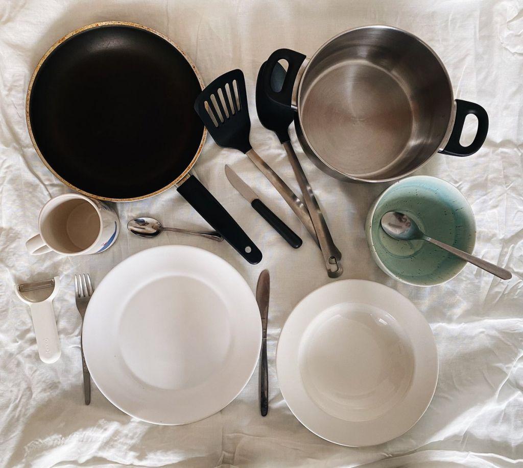 Flatlay mit Geschirr, Besteck, Pfanne und Topf