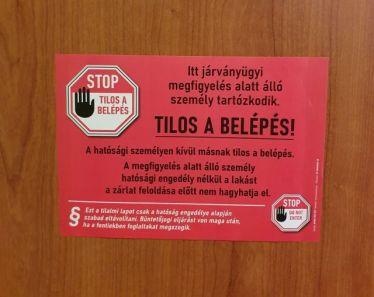 """Das Quarantäneschild an meiner Tür. """"Betreten verboten""""!- steht dort auf Ungarisch."""