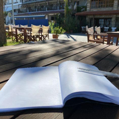 Leeres Heft mit Kugelschreiber auf einem Holztisch