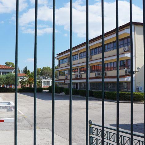Partnerhochschule in Athen, Gittertüren vor dem geschlossenen Campus
