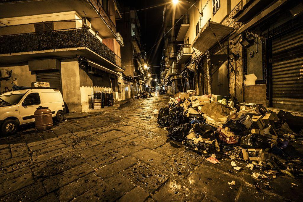 Müll auf Straße nachts