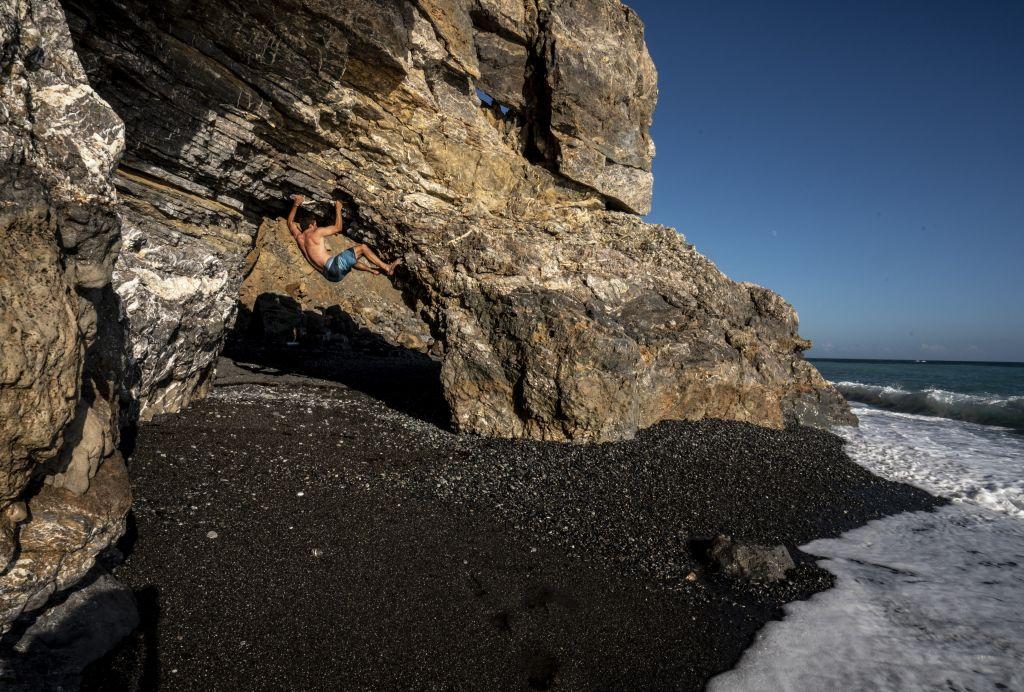 Yannic klettert am Strand