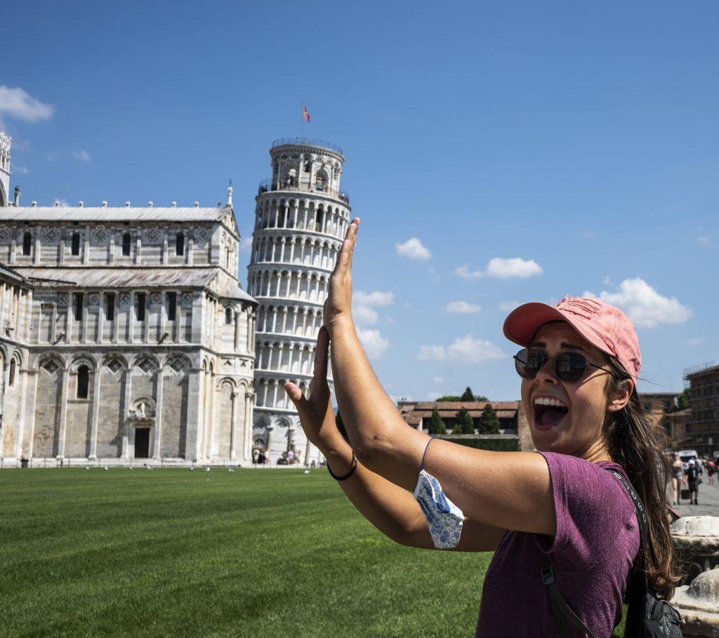Sarha hält den Pisa Turm