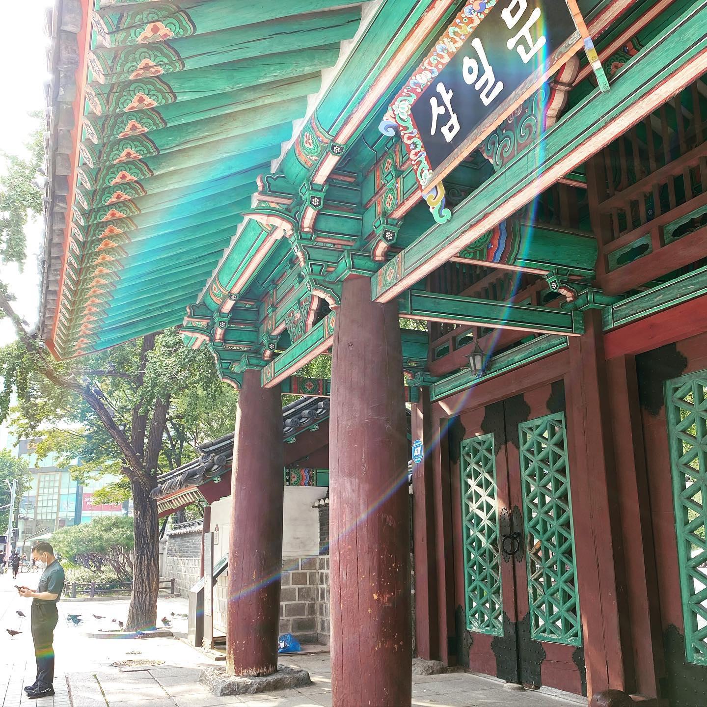 Das Stadtbild Seouls ist geprägt von traditionellen Bauten, die einen…
