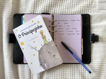 """ie portugiesische Ausgabe von """"Der kleine Prinz"""" von Antoine d Saint-Exupéry und ein Notizbuch mit portugiesischen Vokabeln"""