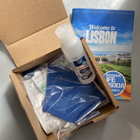 Eine Box mit Mund-Nasen-Schutz und Desinfektionsmittel