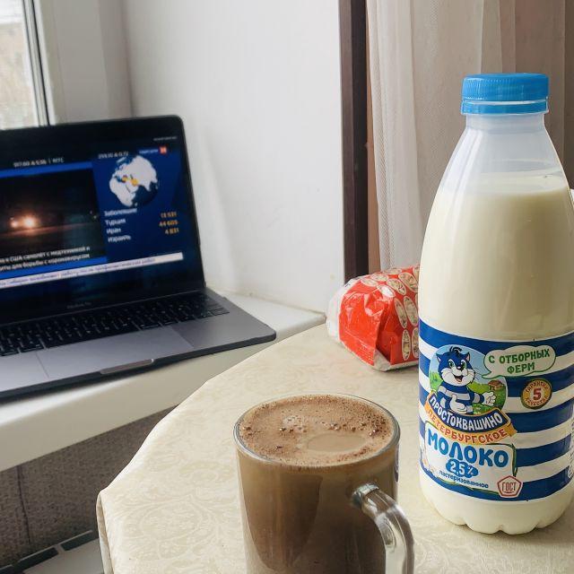 Mein Laptop, eine Vorlesung die läuft und meine Kaffeetasse.